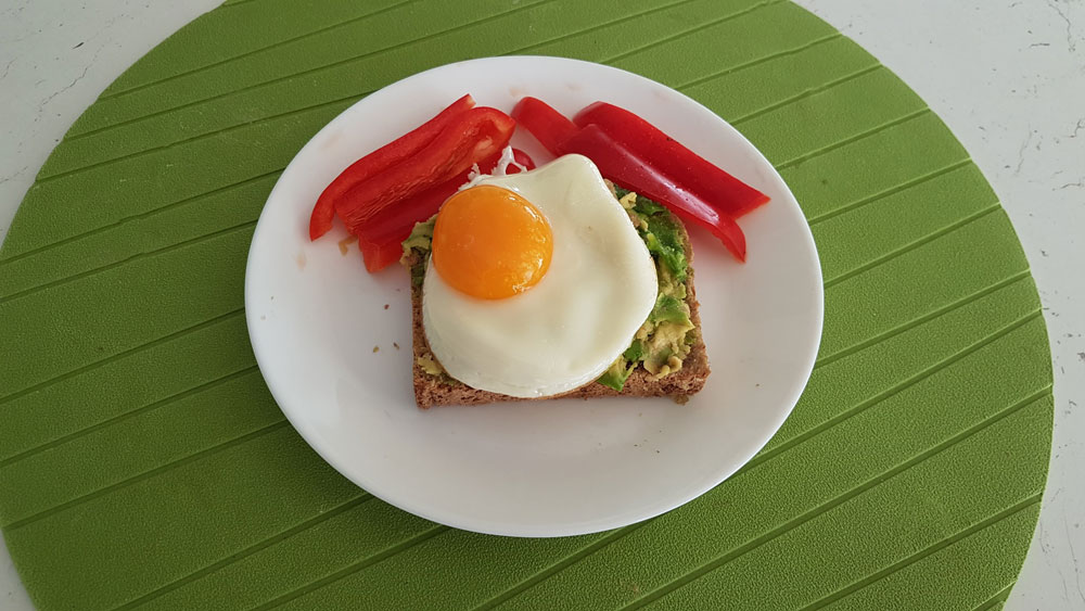 сандвич авокадо яйце