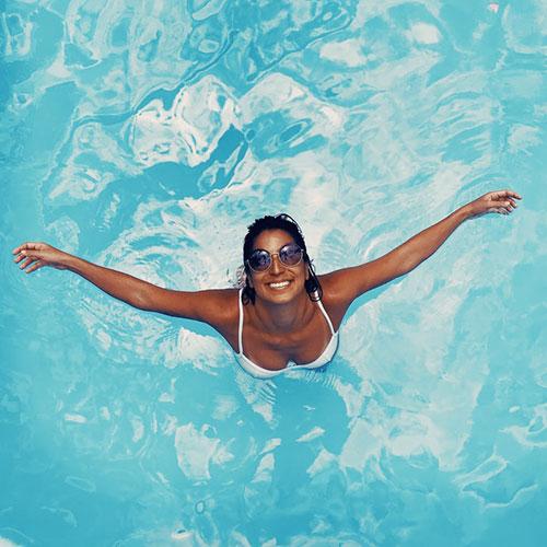 Плуване с менструална чашка - lessmess.bg